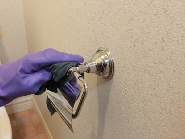 熊本のトイレ清掃トイレットペーパーホルダーの清掃